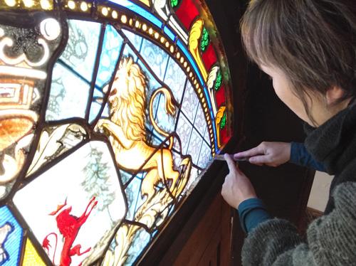 restauration d'un vitrail en imposte de porte de la chapelle d'un château