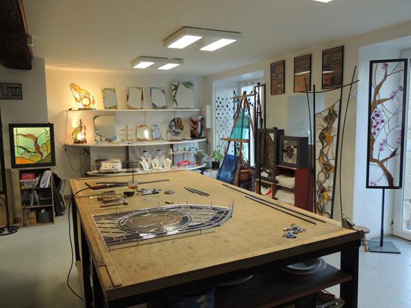 vue de l'intérieur de l'atelier de vitrail avec la table de montage