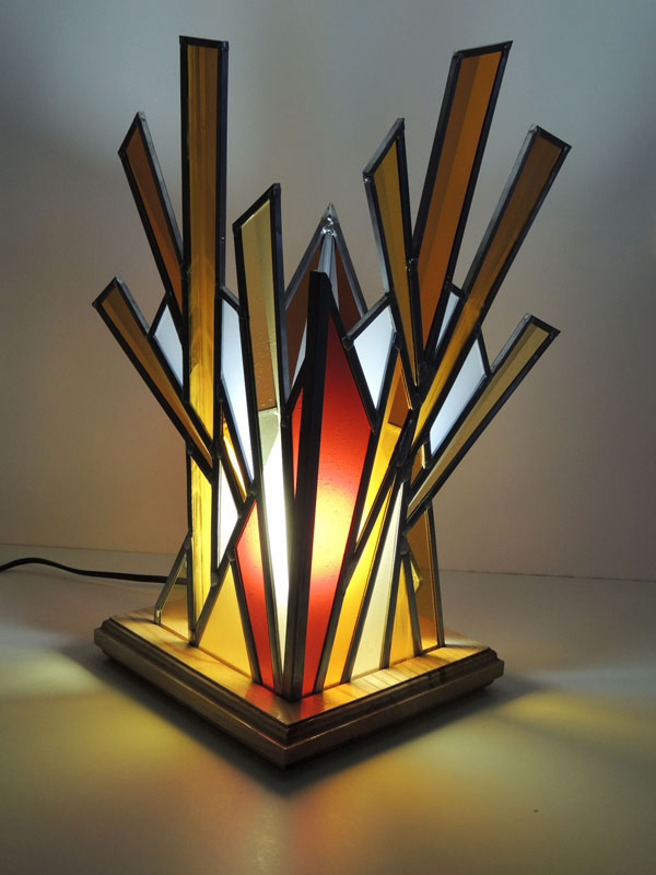 lampe vitrail à 4 cotés avec des verres colorés sablés et un support en bois