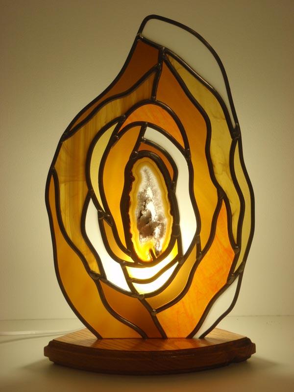 lampe en vitrail avec une agate centrale et verres colorés sablés