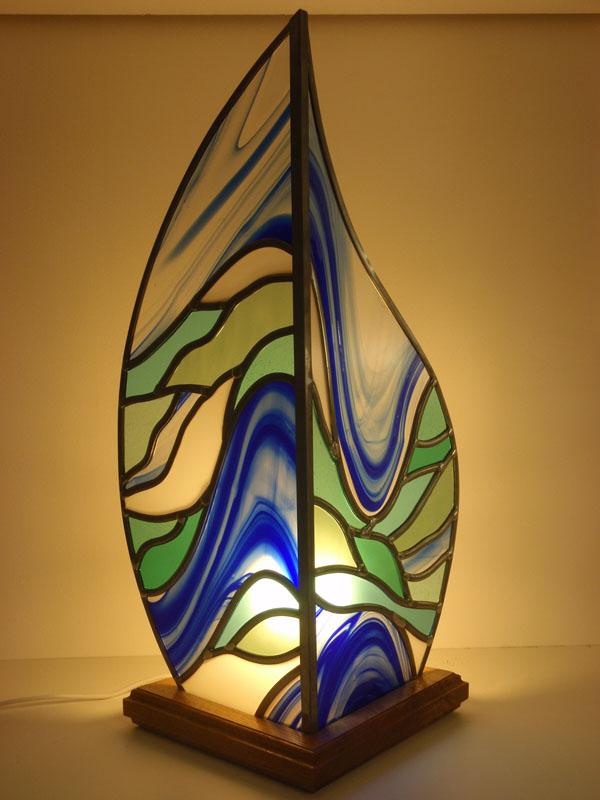 création d'une lampe en vitrail avec des verres colorés bleux avec mouvements