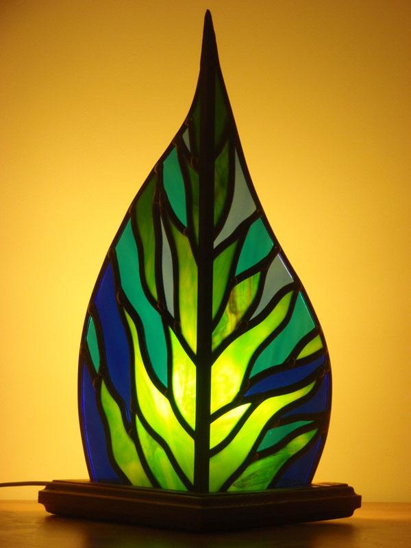 lampe en vitrail avec un motif végétal et un support en bois