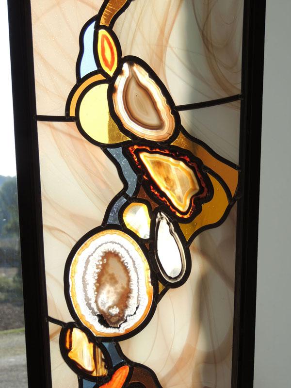 détail sur le vitrail avec des verres soufflés et des agates