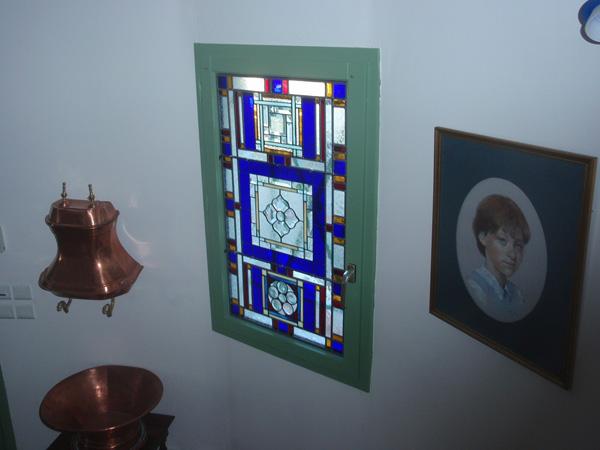 vitrail posé dans une fenetre d'escalier sur un double vitrage