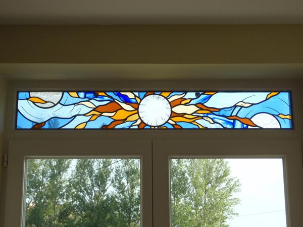 vitrail d'imposte posé sur un double vitrage au dessus d'une baie vitrée