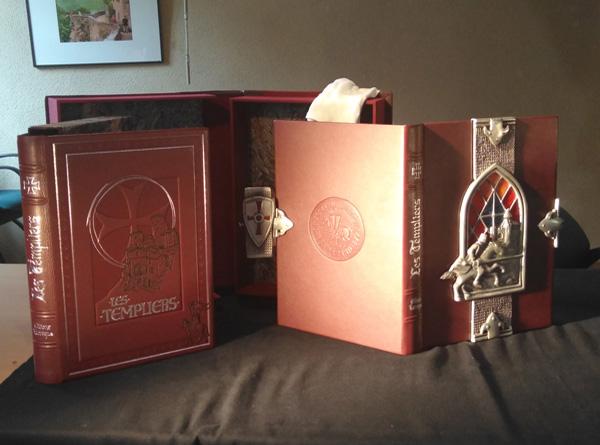 vitrail inséré dans la couverture du livre « les templiers » des Editions Larroque à Cordes sur ciel