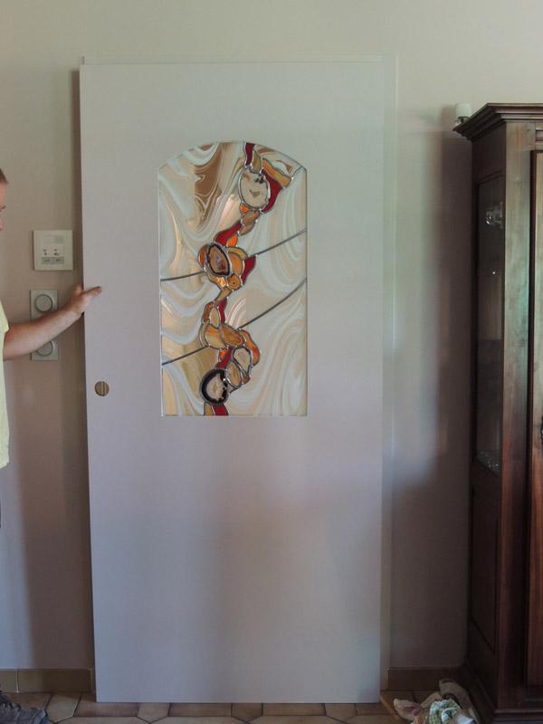 vitrail avec insertion d'agates dans une porte séparant couloir et salon