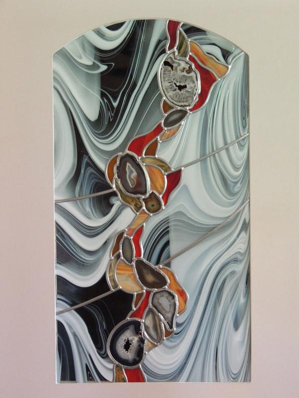 vitrail moderne avec verres colorés et insertion d'agates