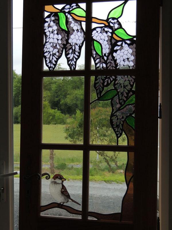 vitraux de porte de couloir avec un motif floral et oiseau en grisaille