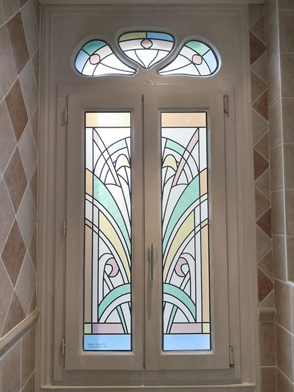 vitraux avec verres sablés posés sur un double vitrage dans une salle de bain
