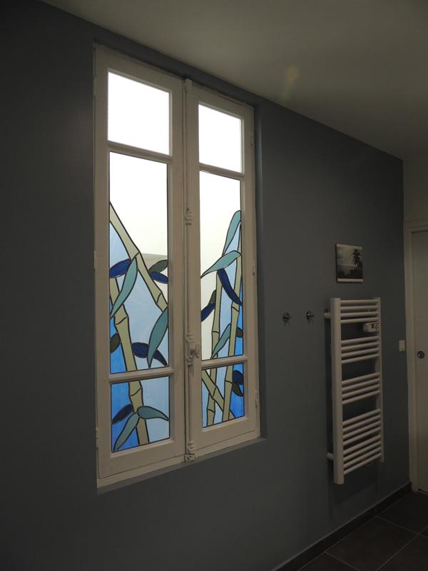 vitraux avec verres sablés posés dans une salle de bain