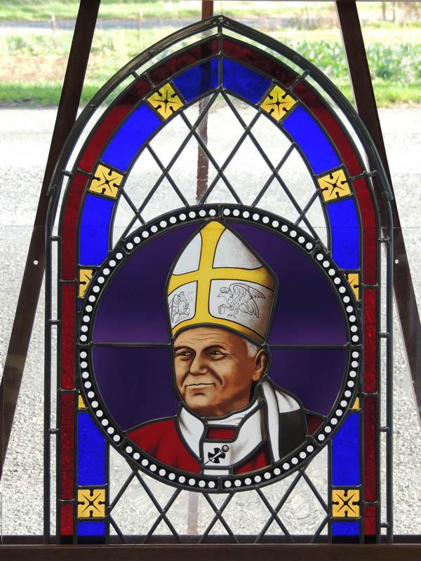création d'un vitrail losangé avec frise et médaillon de Jean Paul 2