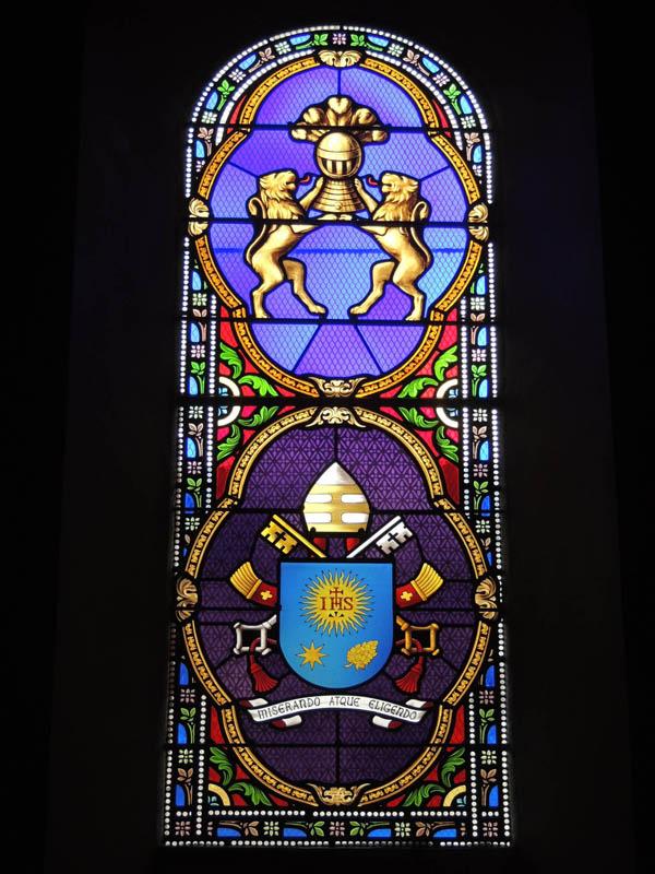 vitrail créé avec les armoiries de François 1er à l'église de Briatexte