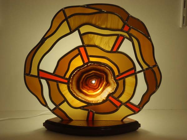 fabrication d'une lampe en vitrail avec une insertion d'agate