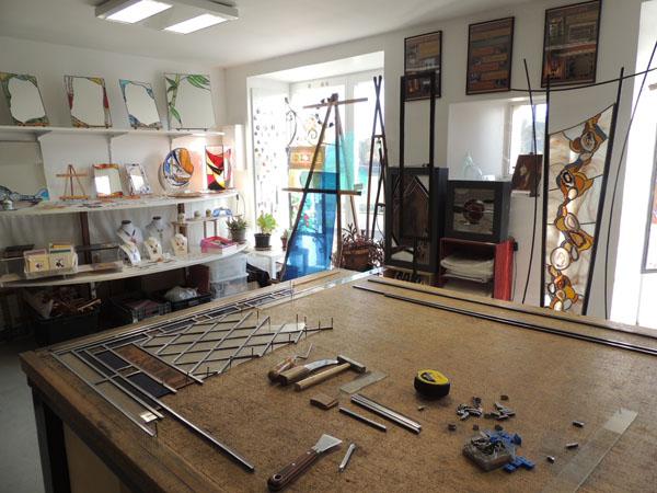 vue de l'intérieur de l'atelier et du métier de vitrailliste