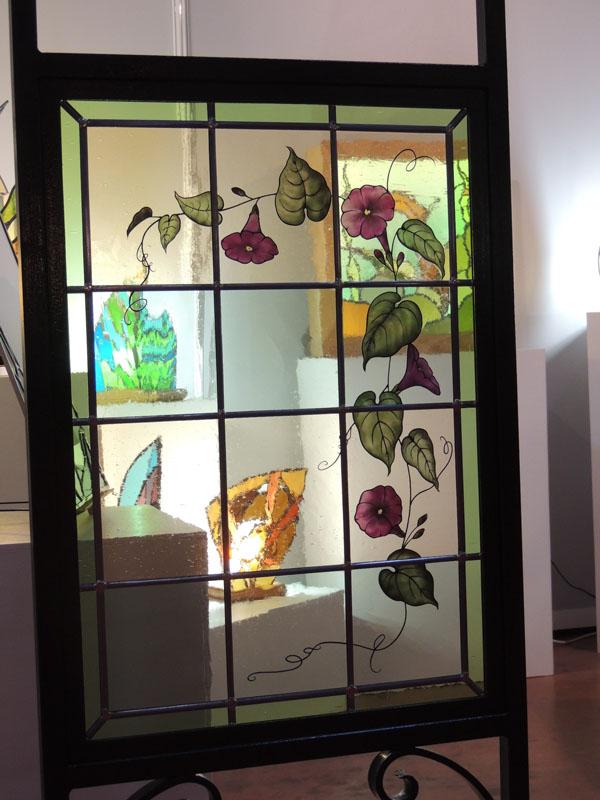 création d'un vitrail géométrique avec un motif de fleurs en grisaille et émail
