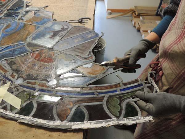 démontage, dessertissage des plombs anciens d'un vitrail