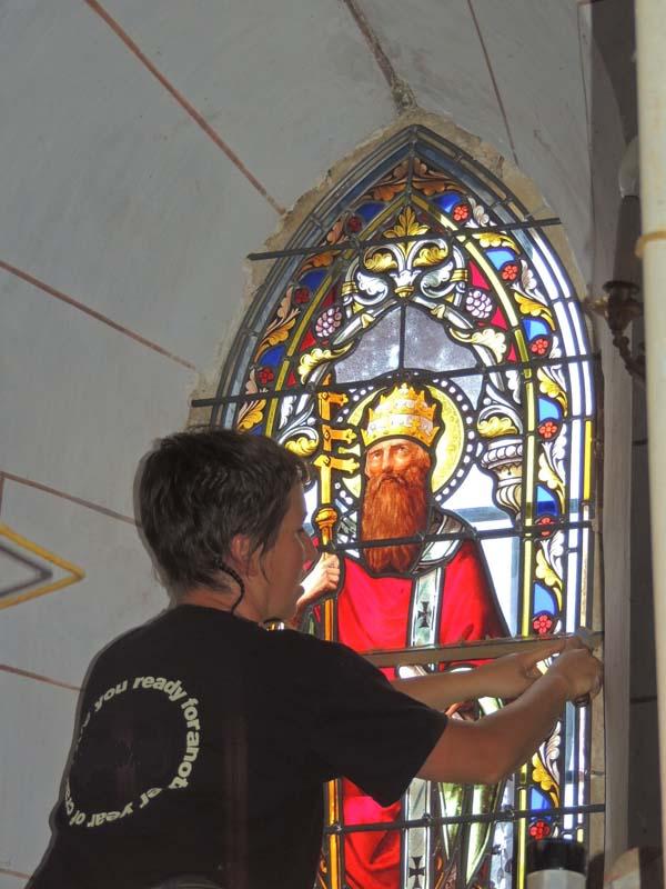 pose des vitraux dans une église et du solin de mastic vitrier
