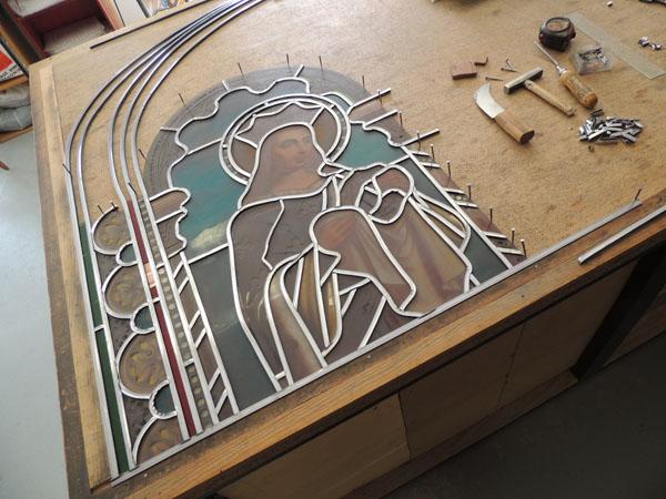 mise en plomb d'un vitrail en restauration, sertissage des verres