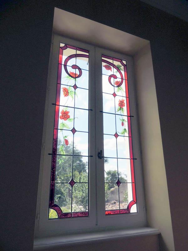 vitraux de style art déco posé dans une fenetre de cage d'escalier