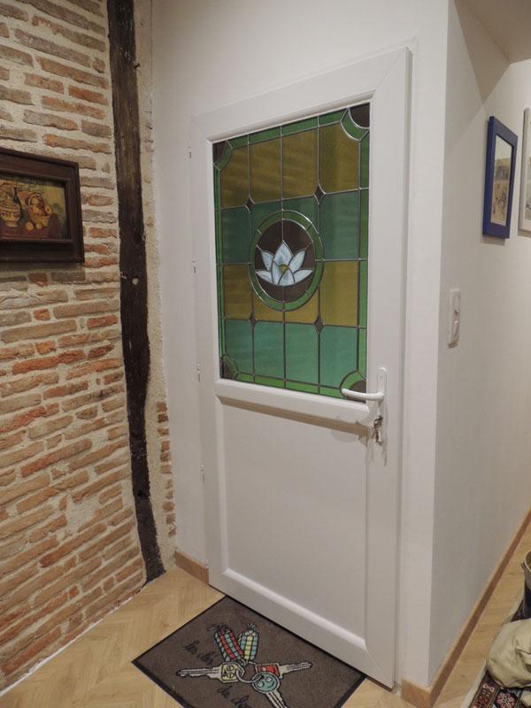 vitrail posé sur une porte d'entrée sur un double vitrage