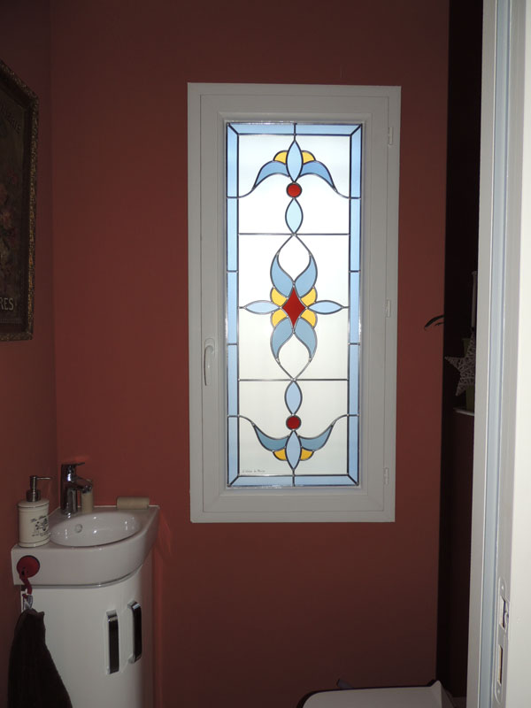 vitrail en verres colorés et sablés pour un toilette