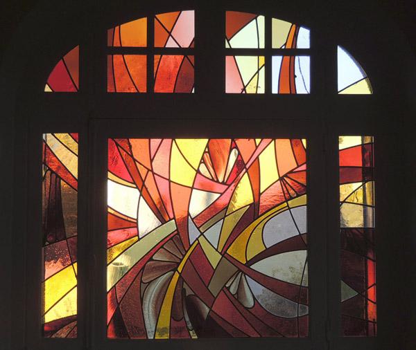 vitrail restauré d'une fenêtre avec imposte dans un salon