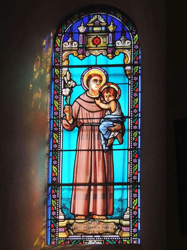 vitraux rénovés, reprise à la grisaille du visage et mains, église de Paulinet