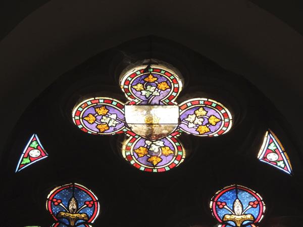 vitraux quadrilobe et écoinçons avant d'être restaurés