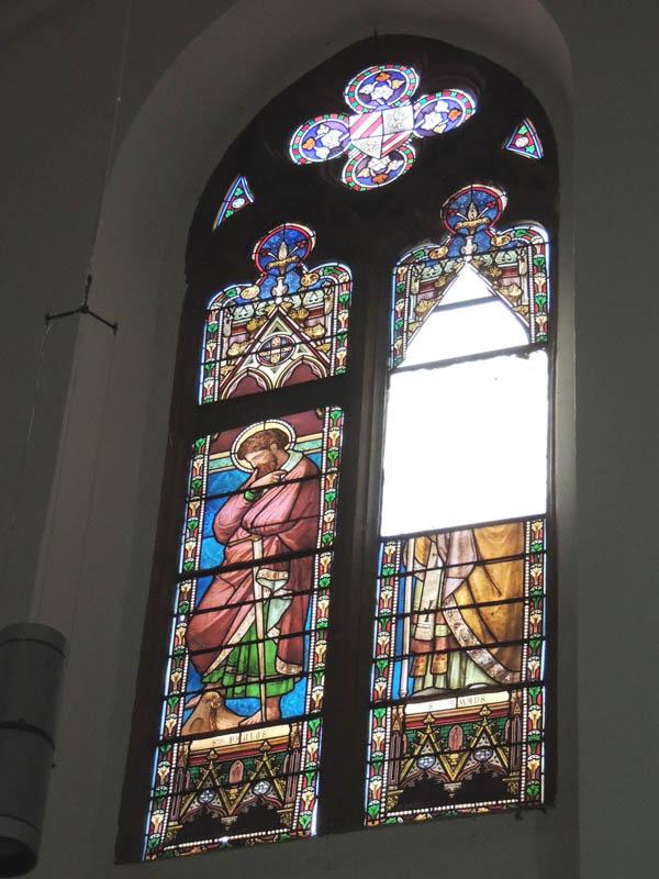 vitraux avant restauration avec 2 vitraux manquants, à recréer