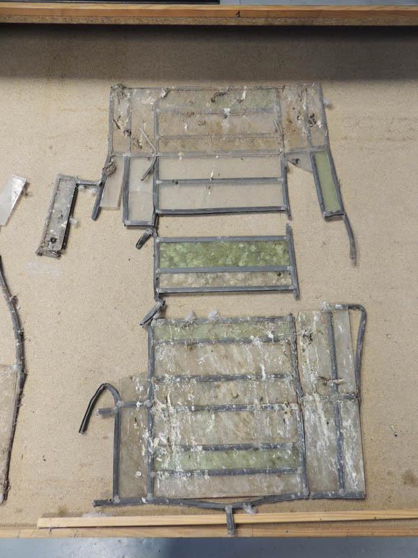 Etat du vitrail à l'atelier en cours de démontage des plombs