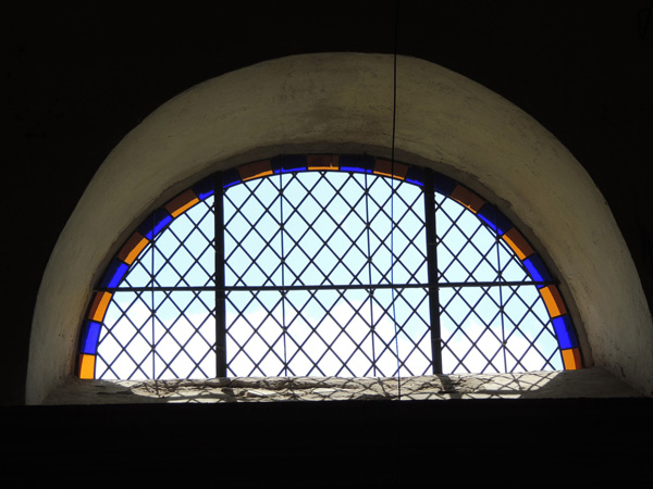 vitrail losangé restauré de l'église de Cadix