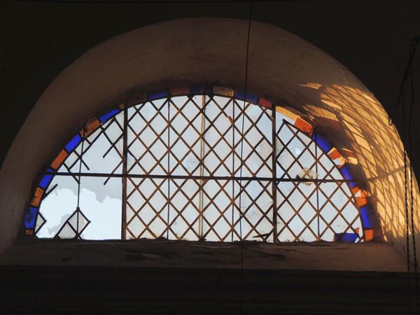 vitrail losangé de l'église de Cadix avant la restauration