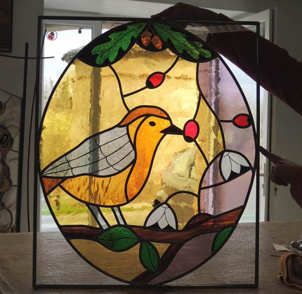 vitrail fabriqué soi-même par une stagiaire, destiné à être dans une fenêtre