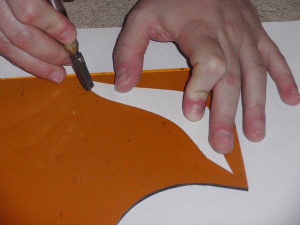 les verres colorés sont découpés grâce au gabarit à l'aide d'un coupe verre