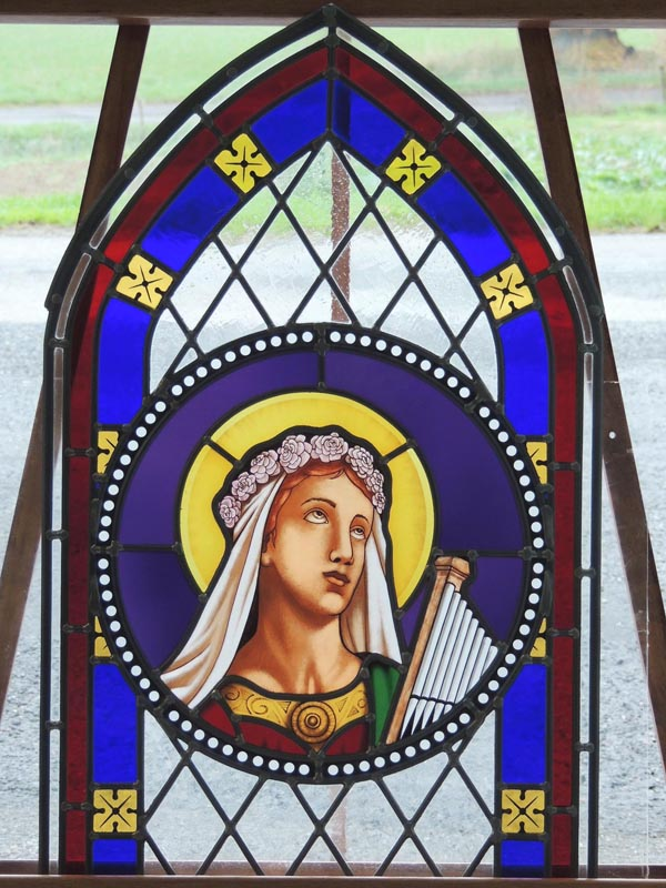 création d'un vitrail losangé avec le buste de Ste Cécile portant son orgue